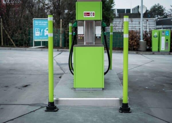 Bolardo SlowStop tipo 1 protegiendo un surtidor de gasolina